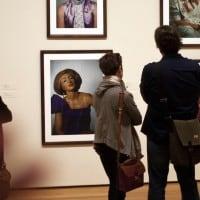 מבקרים בתערוכה הרטרוספקטיבית של סינדי שרמן, המוזיאון לאמנות מודרנית בניו יורק, 2012. צילום: רוברט ניקלסברגר