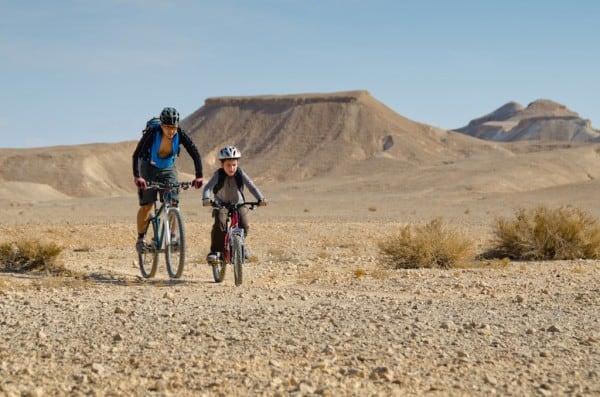 ילד ואבא על אופניים