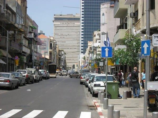 מגדל שלום נשקף מבעד לרחוב הרצל בתל אביב. צילום: אלי שני