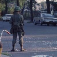 חיילי המשמר הלאומי האמריקאי למחרת רציחתו של מרטין לותר קינג, 1968. צילום: המוזיאון לתולדות שיקגו