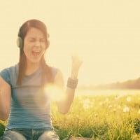 שומעת מוזיקה