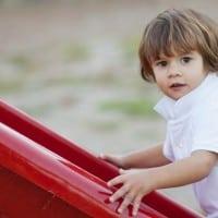 ילד במגלשה