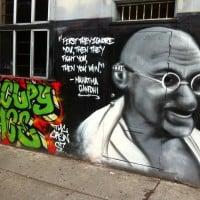 גרפיטי של גנדי בסן פרנסיסקו. צילום: ויקטור גריגס