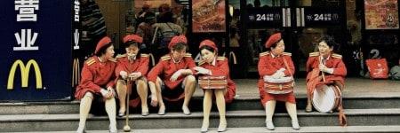 עובדות של מקדונלדס בחבל ארץ ג'יאנגשי שבסין, 2008. צילום: גטי אימג׳ס