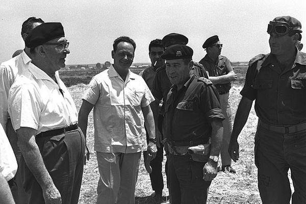 מימין לשמאל: האלוף ישעיהו גביש, האלוף ישראל טל, השר יגאל אלון, ראש הממשלה לוי אשכול, בסיור בנגב, 25 במאי 1967