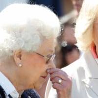 המלכה אליזבת השנייה יחד עם קמילה, הדוקסית מקורנוול, זוגתו של הנסיך צ׳ארלס במרוץ סוסים בווינדסור, במאי 2015. באדיבות גטי אימג׳ס