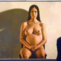 מבקר בתערוכה במוזיאון דנוור מסתכל על ציור של צ׳אק פורסמן בשם ״שריל״. באדיבות גטי אימג׳ס
