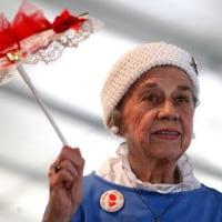 אוהל הג'ז, אישה זקנה נהנית