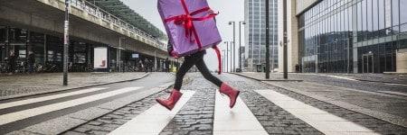 ילדה עם מתנה ברחוב