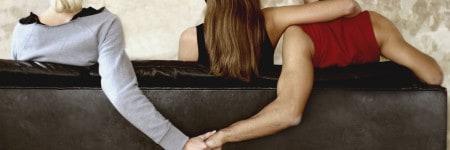 שלושה אנשים מחזיקים ידיים על ספה