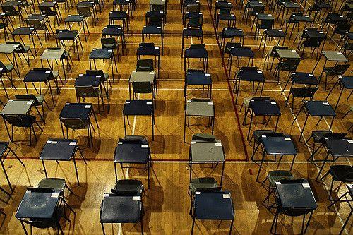 שולחנות באולם בחינות