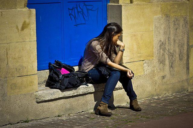 בחורה יושבת לבד