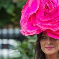 אישה בכובע ביום המלכותי באסקוט