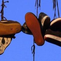נעלי התעמלות על חוט חשמל