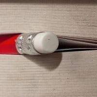 עיפרון אדום עם מוחק בתוך ספר