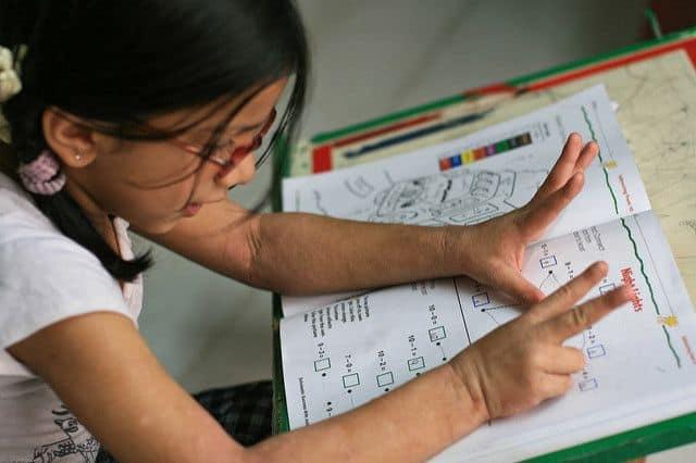 ילדה לומד חשבון, סופרת עם האצבעות