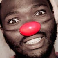 איש שחור עם אף אדום של ליצן