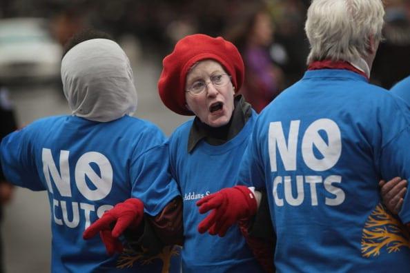 הפגנה נגד הקיצוצים בשירות הבריאות, 2011. החוק החדש של אובמה מזרז את המעבר לתיקים אלקטרוניים, וסולל את הדרך לשירות אלקטרוני ורובוטי