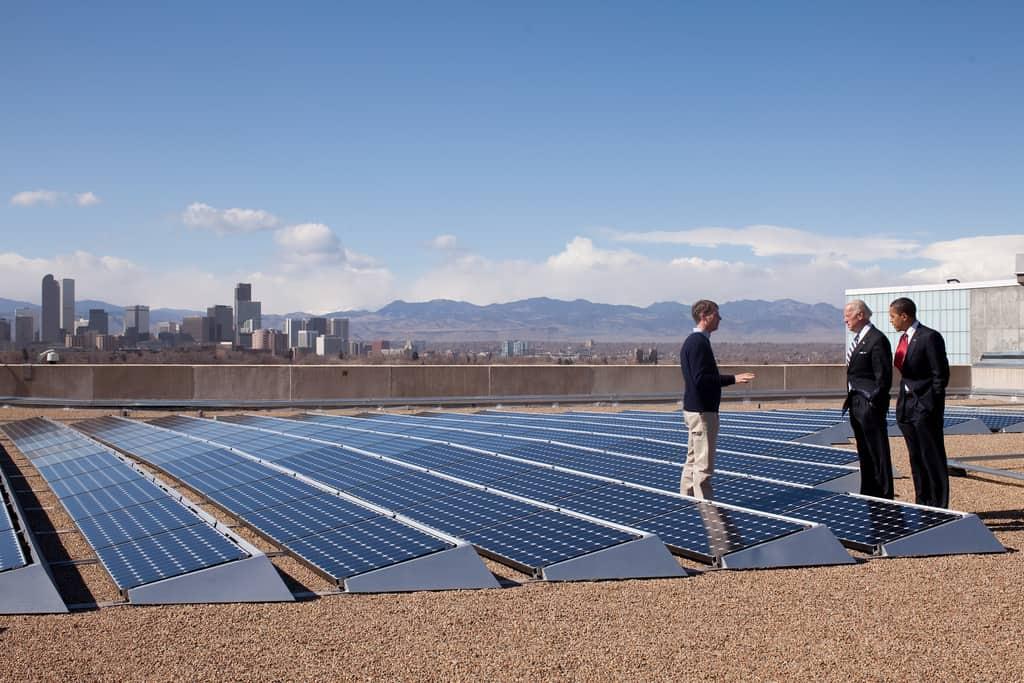 """נשיא ארה""""ב ברק אובמה בביקור במרכז ליצור פאנלים סולאריים. צילום: פיט סוזה, הבית הלבן"""