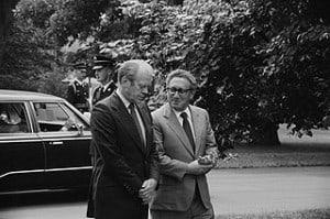 """קיסינג'ר מימין עם נשיא ארה""""ב ג'רלד פורד, בבית הלבן ב-1974. אוסף ספריית הקונגרס"""