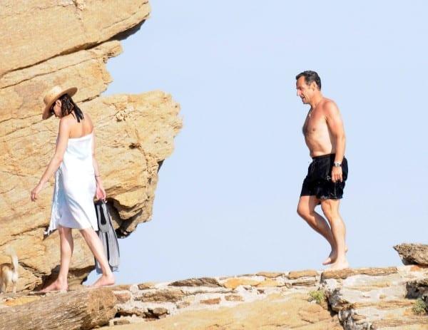 """ניקולה סרקוזי נופש בים התיכון עם רעייתו קרלה ברוני, 2009. """"קראתי את ברודל"""""""