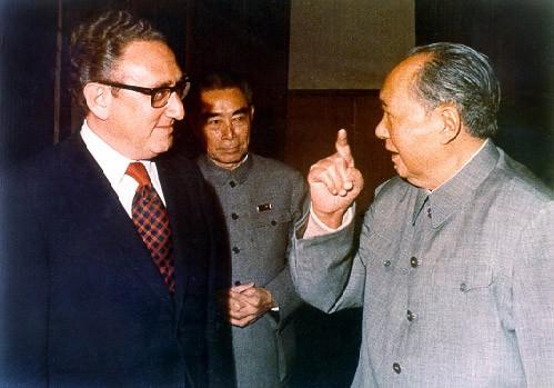 קיסינג'ר עם מאו דזה-דונג בשנות ה-70. צילם ממשלתי