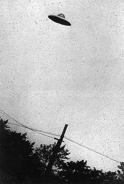 צילום מגורען של מה שנראה כמו צלחת מעופפת בשמי ניו ג'רזי, 1952. מאגר התמונות של הסי-אי-איי