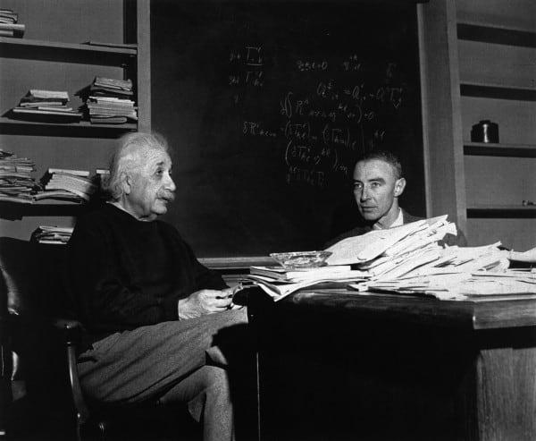 אופנהיימר ואיינשטיין. תגיד לממונים עליך שהם טיפשים ולך הביתה, יעץ לו איינשטיין. צילום: פארי-מאץ'