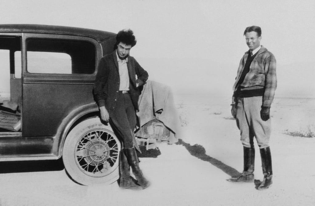 אופנהיימר (משמאל) עם מנהל המעבדה ארנסט לאורנס בחווה שלו בניו מקסיקו, 1931