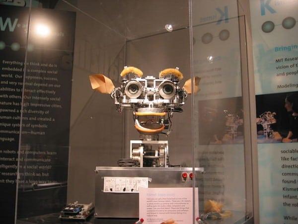 הרובוט החברותי קיסמט של אם.אי.טי, המדמה רגשות אנושיים