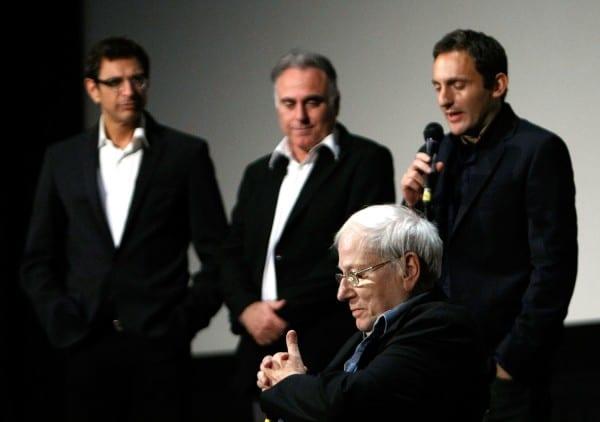 יורם קניוק מאזין לדברי השבח של (משמאל לימין) השחקן ג'ף גולדבלום, המפיק אהוד בלייברג והתסריטאי נח סטולמן, הוליווד 2008. צילום: גטי אימייג'