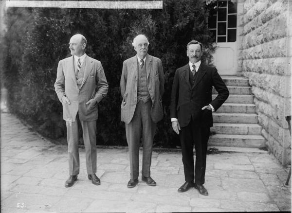 מימין: הרברט סמואל, הלורד בלפור והגנרל אדמונד אלנבי, לפני טקס הנחת אבן הפינה לאוניברסיטה העברית, 1925