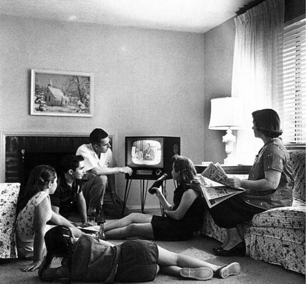 משפחה אמריקאית צופה בטלוויזיה בשנות החמישים. צילום: Evert F. Baumgardner