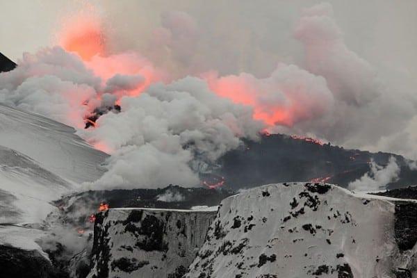 התפרצות הר געש באֶיְיַאפְיָא בטְלָאיֶיקוּטְל ב-2010. צילום: Boaworm