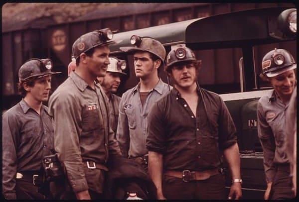 """כורי פחם במכרה בווירג'ינינה שבארה""""ב, 1974. צילום: הסוכנות להגנת הסביבה"""