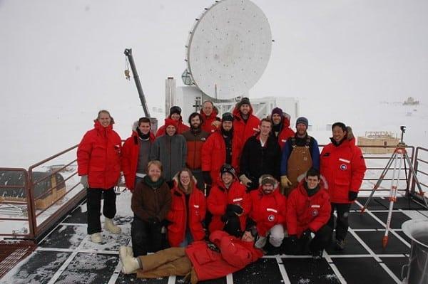 צוות החוקרים ליד הטלסקופ בקוטב הדרומי