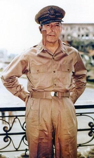 """הגנרל האמריקאי דאגלס מקארתור במנילה ב-1945. צילום: הארכיון הלאומי של ארה""""ב"""