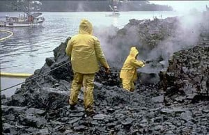 """התבקעות מכלית נפט לחופי אלסקה ב-1989. צילום: המנהל הלאומי של ארה""""ב לאוקיינוסים ולאטמוספרה"""