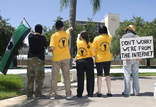 מתנדבים של אנונימוס מפגינים מול מרכז סיינטולוגי באוקלנד. צילום: אנונימוס
