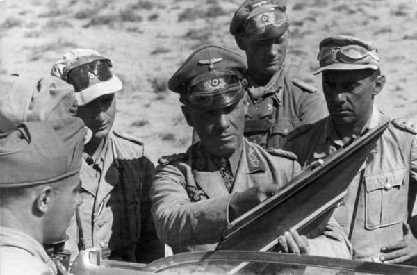 הגנרל הנאצי ארווין רומל (במרכז) בצפון אפריקה ב-1942. צילום: הארכיון הלאומי של גרמניה