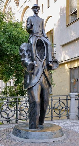 פסל של קפקא בפראג מאת האמן ירוסלב רונה. צילום: Myrabella