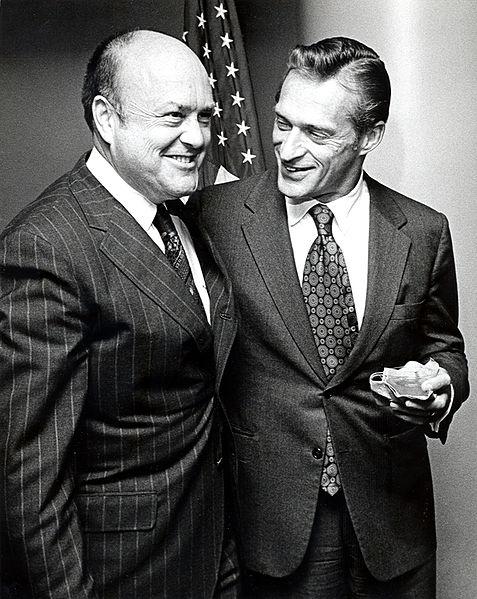 """מימין: ג'ון סטיוארט פוסטר ג'וניור ושר הביטחון של ארה""""ב מלווין ליירד ב-1972. צילום: משרד הביטחון האמריקאי."""