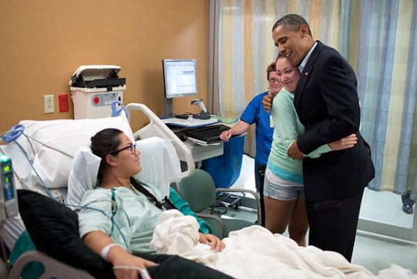 הנשיא אובמה מבקר פצועים מתקרית הירי באולם הקולנוע באורורה שבקולרדו. צילום: הבית הלבן