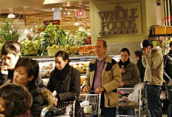 """התור לקופות בסופרמרקט """"בריא"""": סניף וול-פודס בסוהו, ניו יורק. צילום: גטי-אימייג'ס"""