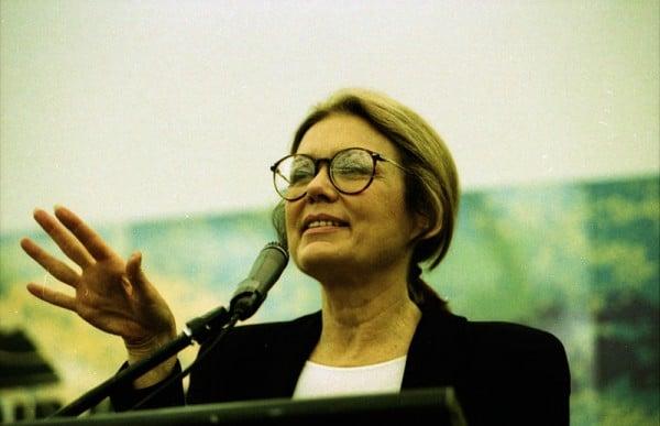 """העיתונאית והפמיניסטית גלוריה סטיינם ב-1995. """"שחרור האשה יהיה גם שחרורו של הגבר""""."""
