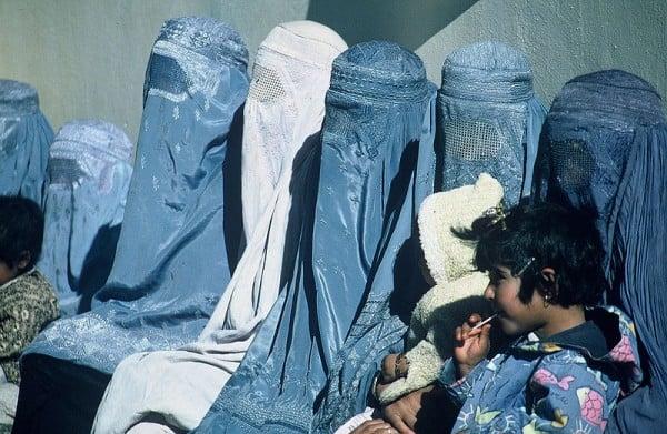נשים אפגניות לובשות בורקות ומחכות מחוץ למרפאה של USAID ב-2003. צילום: ניתין מדהב