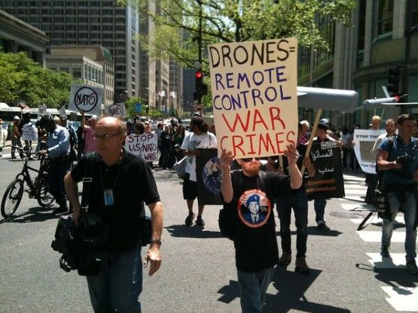 """הפגנה בשיקאגו נגד תקיפות מל""""טים בתימן ובאפגניסטאן. צילום: World Can't Wait"""