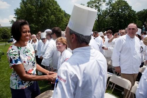 """מישל אובמה מברכת מאות טבחים שהתנדבו לייעץ למטבחים בבתי ספר ברחבי ארה""""ב על תזונה בריאה. צילום: SodexoUSA"""