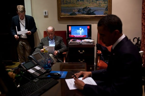 אובמה בבית הלבן יחד עם ג'ו ביידן בעת מבצע החיסול של אוסמה בן לאדן. צילום: הבית הלבן