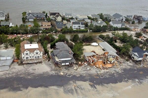 נזק שנגרם לבתים לחופי ניו ג'רזי בהוריקן סנדי באוקטובר 2012. צילום: חיל האוויר האמריקאי